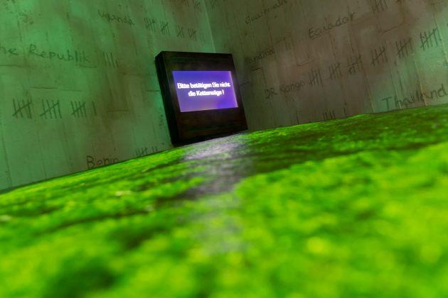 """""""Bitte betätigen Sie nicht die Kettensäge!"""" - was hier Teil der Simulation eines abgeholzten Regenwaldes ist, taugt als Motto für die ganze Ausstellung"""